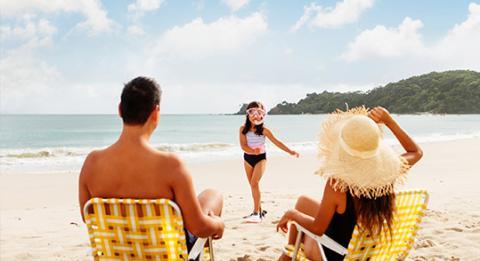 在海滩尽情放松休闲