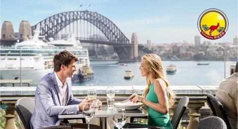 情侣在位于环形码头海关大楼屋顶上的 Cafe Sydney 品尝美味午餐,饱览游轮美景
