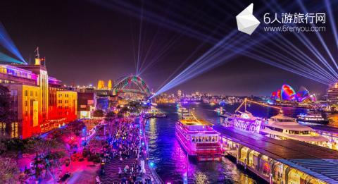 人群在悉尼港前滨欣赏 2018 缤纷悉尼灯光音乐节