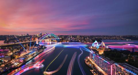 跨过的船舶上的港口灯装置的视图悉尼港中缤纷悉尼灯光音乐节2019
