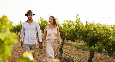 对新人享受着Rylstone的De Beaurepaire葡萄酒之旅