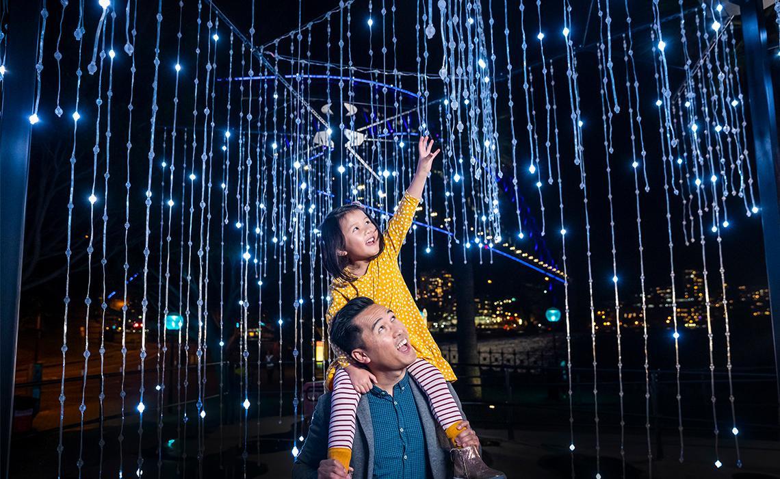 父亲和女儿享受希克森路的Let It Snow灯光装置自然保护区 , 岩石区