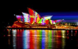 Mathemagical 在 2018 缤纷悉尼灯光音乐节举办期间点亮悉尼歌剧院。艺术家:Jonathan Zawada